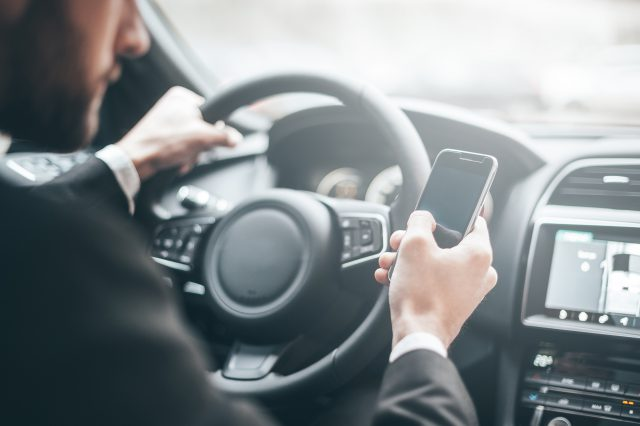 Korzystanie z telefonu komórkowego podczas jazdy samochodem